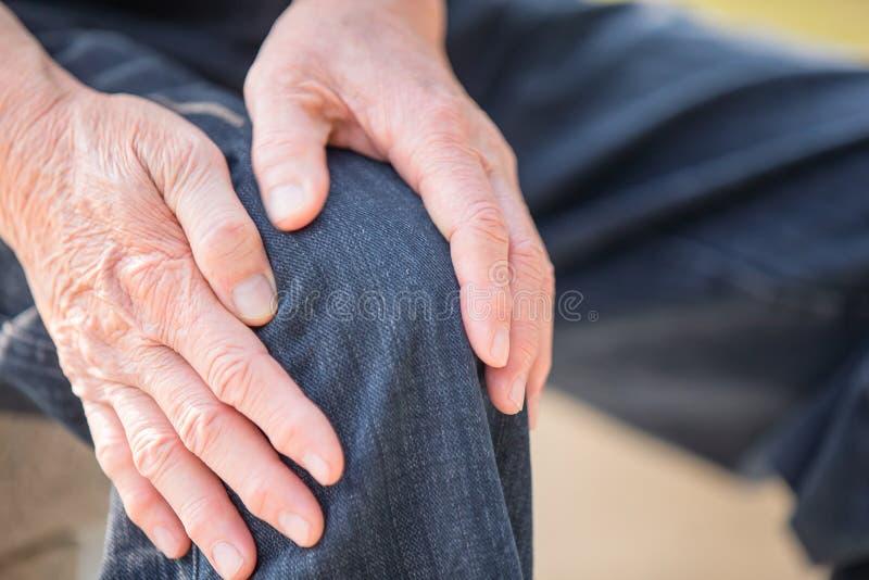 Более старый человек имеет проблему колена стоковое фото