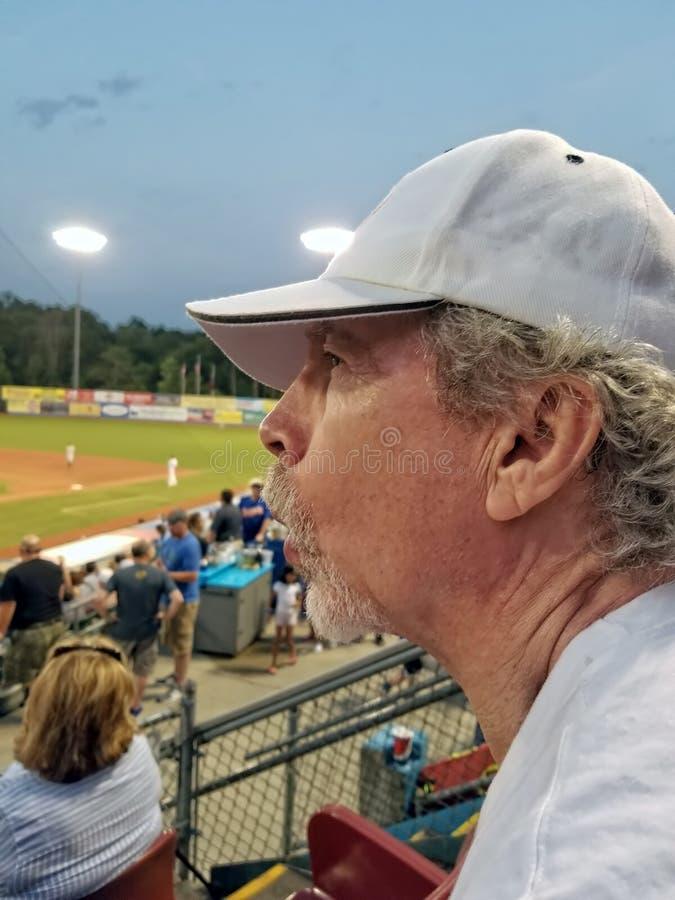 Более старый человек с goatee и замученным ралли bleue выражения нося стоковая фотография rf