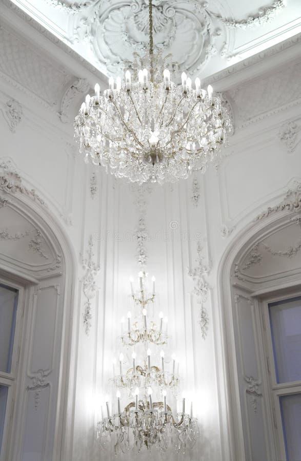более candelier нутряные орнаментированные стены дворца стоковая фотография rf