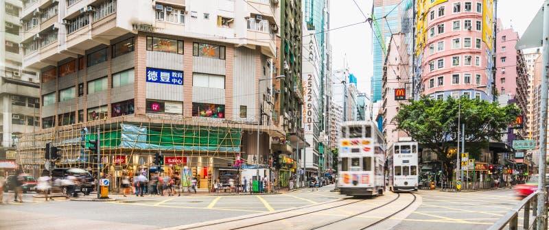 Болезненный Chai, Гонконг - 4-ое июля 2019: Панорамный вид толпить перехода людей и автомобильного движения через пересечение в Г стоковое изображение rf