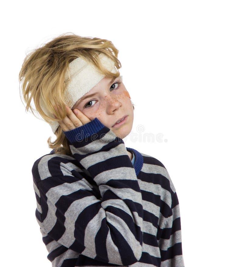 Болезненный wounded ребенок мальчика стоковые изображения