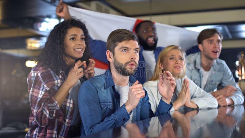 Болельщики развевая английский флаг, поддерживая национальная команда, осадили о поражении стоковые фотографии rf