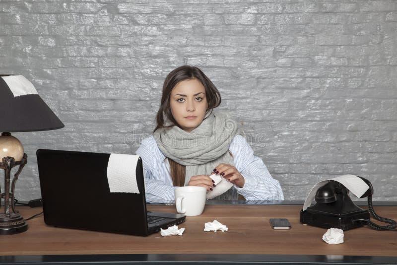 Больная бизнес-леди, сидя все еще в офисе стоковые изображения