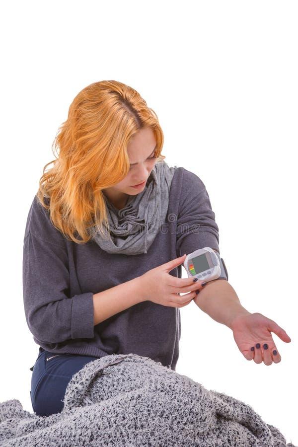 Больная девушка, давление измерений с tonometer Концепция медицины Изолировано на белизне стоковое изображение rf