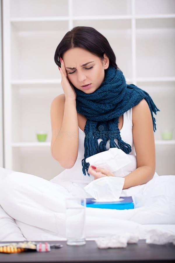 Больная женщина в кровати с термометром имеет высокую температуру /fe стоковые изображения