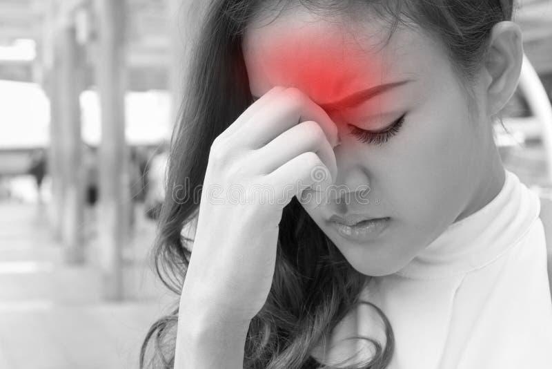 Больная женщина страдает от головной боли, мигрени, похмелья, стресса стоковое изображение