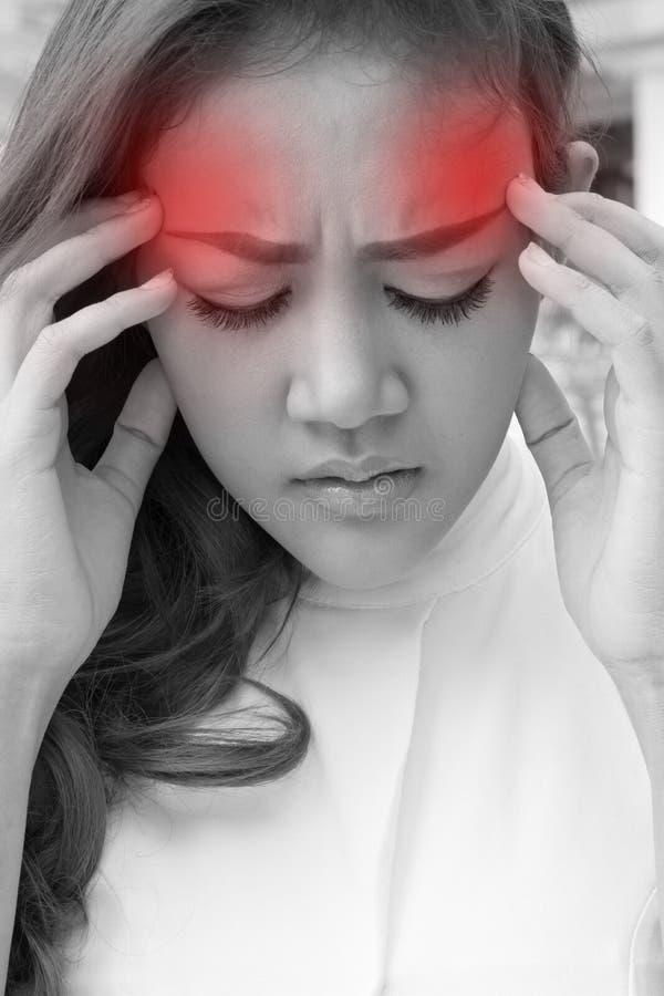 Больная женщина страдает от головной боли, мигрени, похмелья, стресса стоковая фотография
