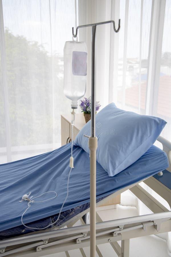 Больничная койка со стойкой и трубкой iv стоковая фотография rf