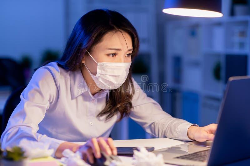 Больное дополнительное время работы женщины стоковое изображение rf