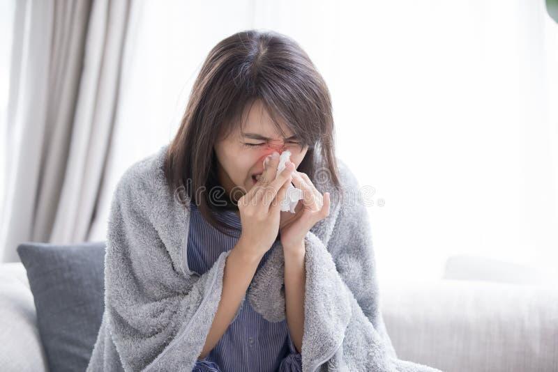 Больной и чихание женщины стоковая фотография