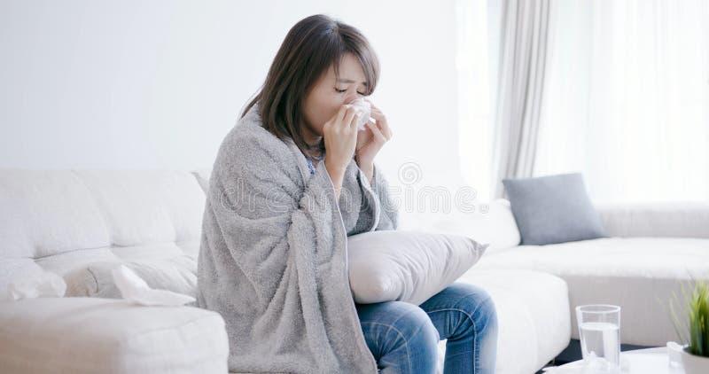 Больной и чихание женщины стоковое фото