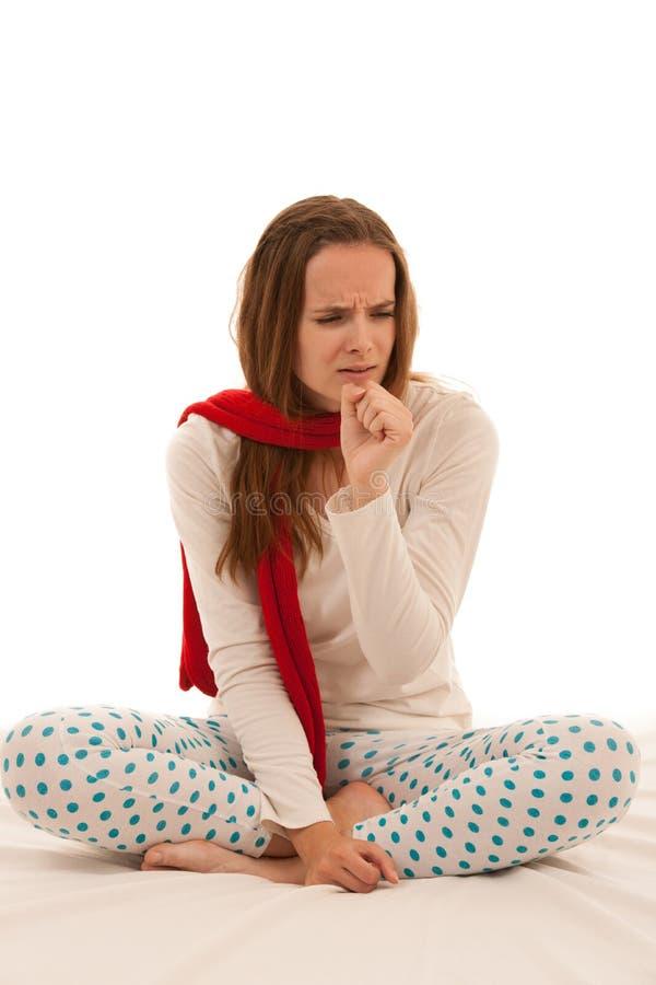 Больной кашель женщины по мере того как она уловила холод или грипп изолированная над белым ба стоковая фотография rf