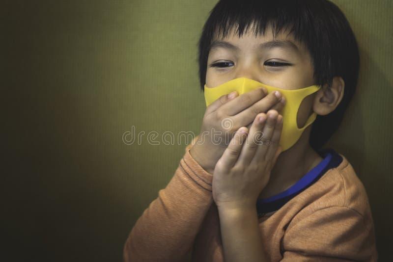 Больной мальчика с гриппом и нося здоровой маской стоковое фото rf
