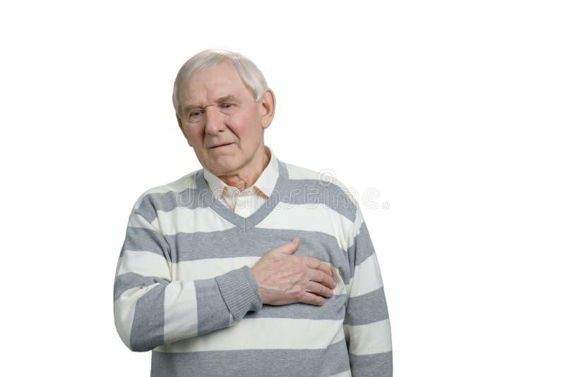 Больной старик страдая от сердечного приступа стоковые фото