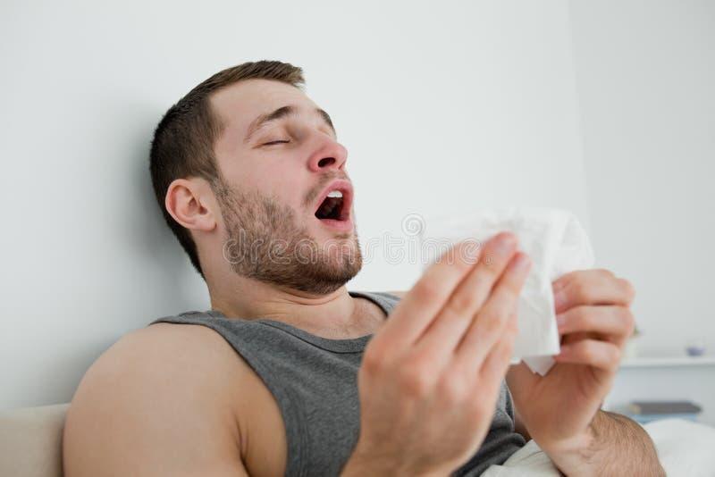Больной человек чихая стоковые фотографии rf