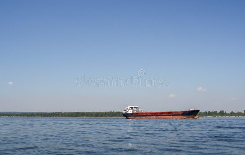 Большая баржа на Реке Волга в ясном летнем дне стоковая фотография rf