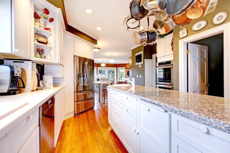 Большая белая и зеленая кухня с полом твёрдой древесины. стоковое фото rf