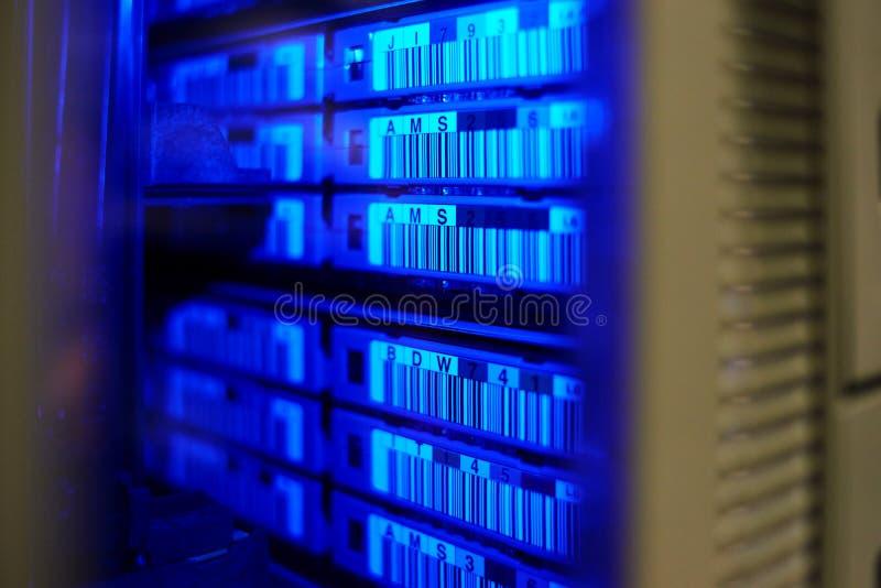большая библиотека ленты хранения сервера центра данных стоковые изображения rf