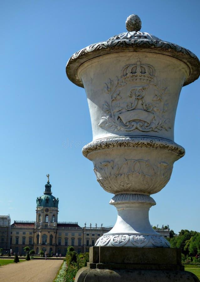 Большая ваза в садах замка Charlottenburg с в конце концов замком beriberi Германия стоковое изображение rf
