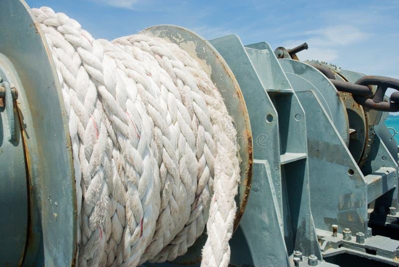 Большая веревочка на корабле смешанного груза стоковая фотография