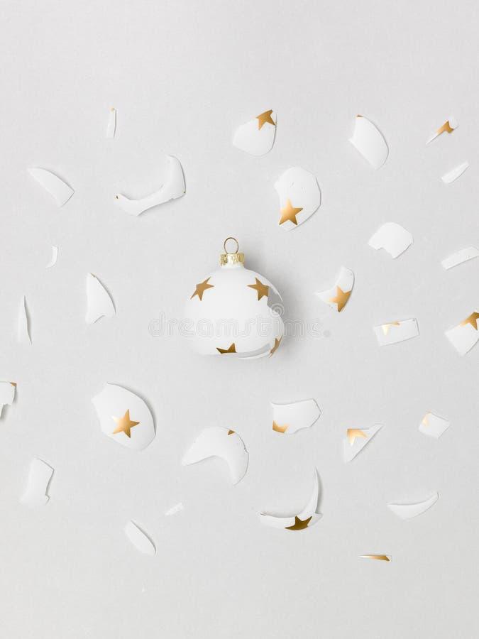 Большая взрывая белая безделушка с золотыми звездами на ей на сером bac стоковые изображения