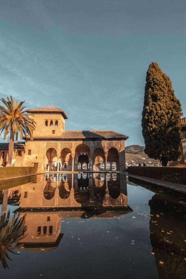 Большая вилла в Испании с бассейном и голубым небом на заднем плане стоковое изображение