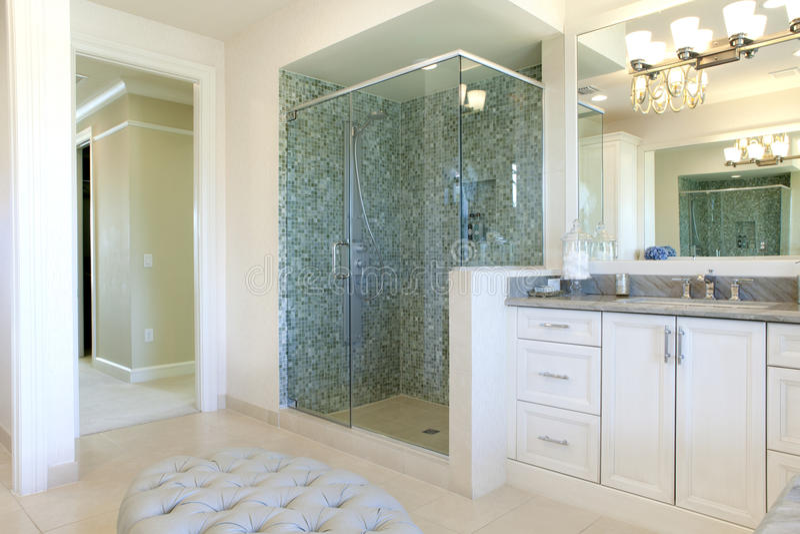 Большая высококачественная мастерская ванная комната стоковые изображения rf