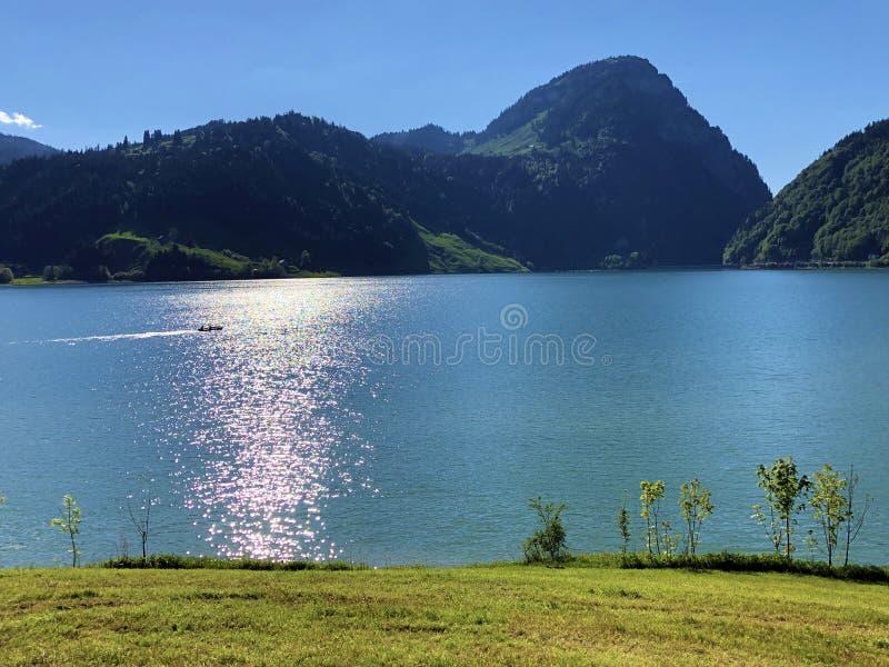 Большая гора Aubrig над долиной Wagital или Waegital и высокогорным озером Wagitalersee Waegitalersee, Innerthal стоковые фото