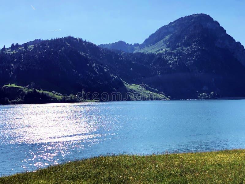 Большая гора Aubrig над долиной Wagital или Waegital и высокогорным озером Wagitalersee Waegitalersee, Innerthal стоковые изображения