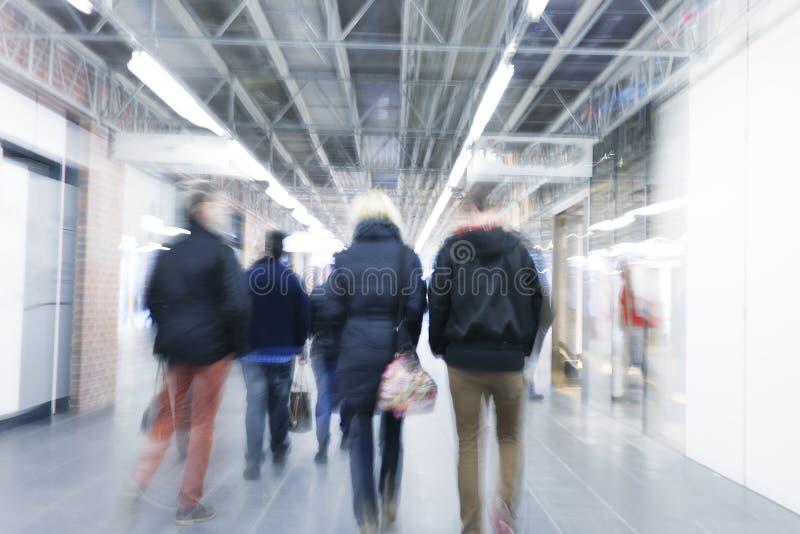Большая группа бизнесменов ходит пешком стоковое изображение
