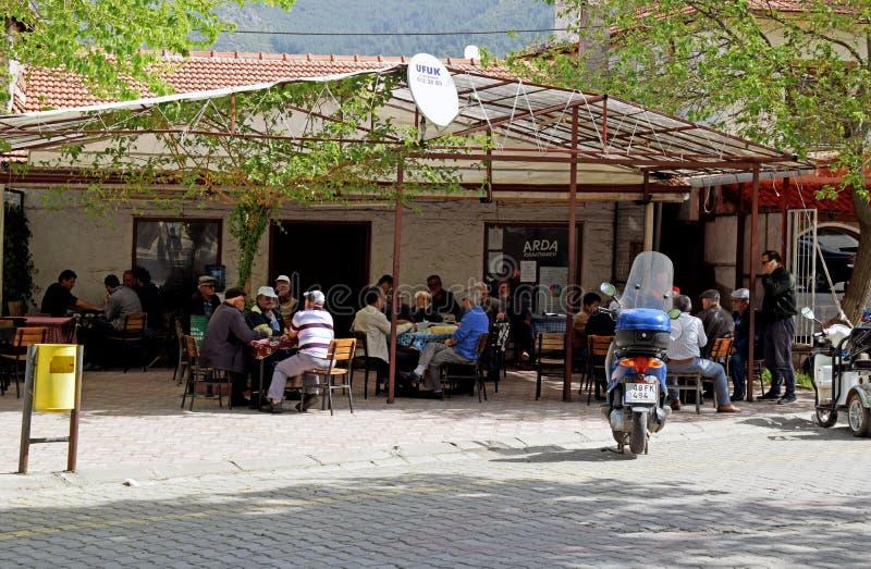 Большая группа в составе люди сидя в турецком кафе стоковые изображения rf