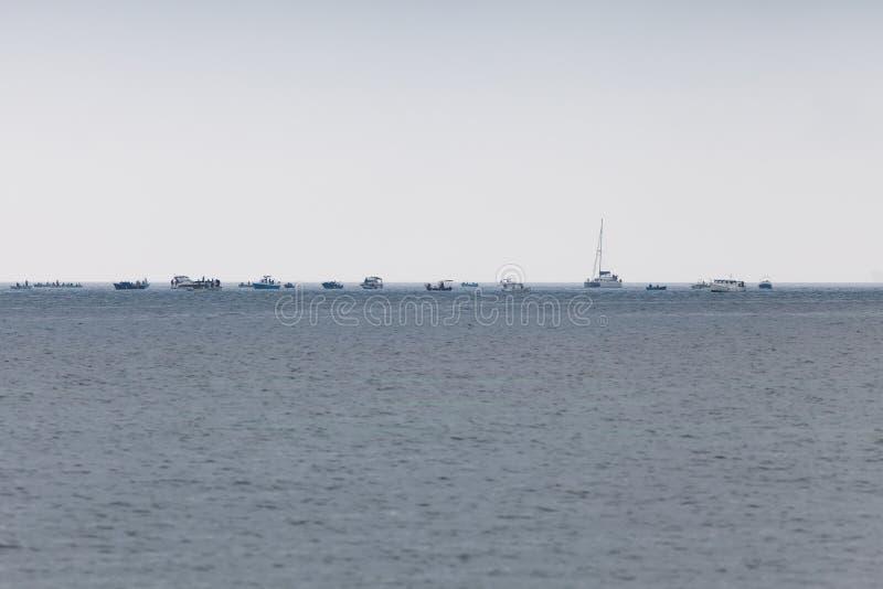 Большая группа в составе различные шлюпки с рыболовами в море стоковые изображения