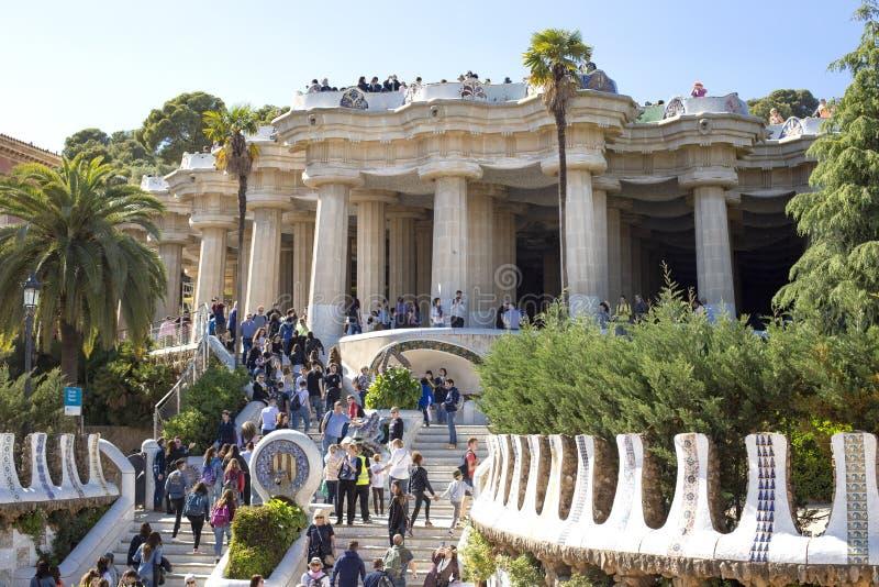 Большая группа в составе туристы в парке Guell, одной из самых известных видимостей в Барселоне, Каталония, Испания 2019-05-01 стоковая фотография