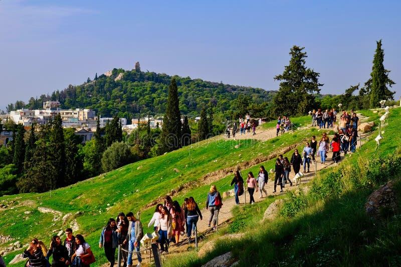 Большая группа экскурсии, наклоны акрополя, Афина, Греция стоковое изображение