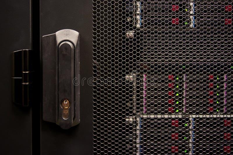 большая дверь сервера данных запертая стоковая фотография rf