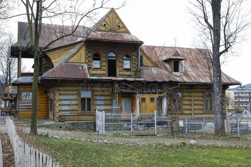 Большая деревянная вилла значительно повреждена стоковые изображения rf