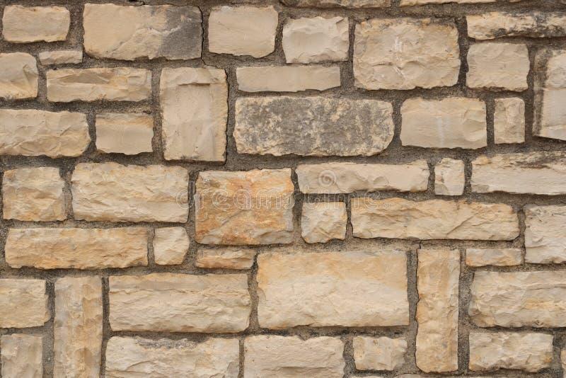 Большая желтая стена от каменных кирпичей стоковые фото