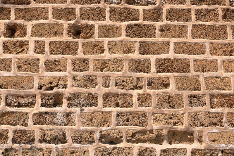 Большая желтая стена от каменных кирпичей стоковое фото