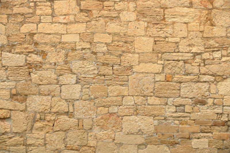 Большая желтая стена от каменных кирпичей стоковые изображения