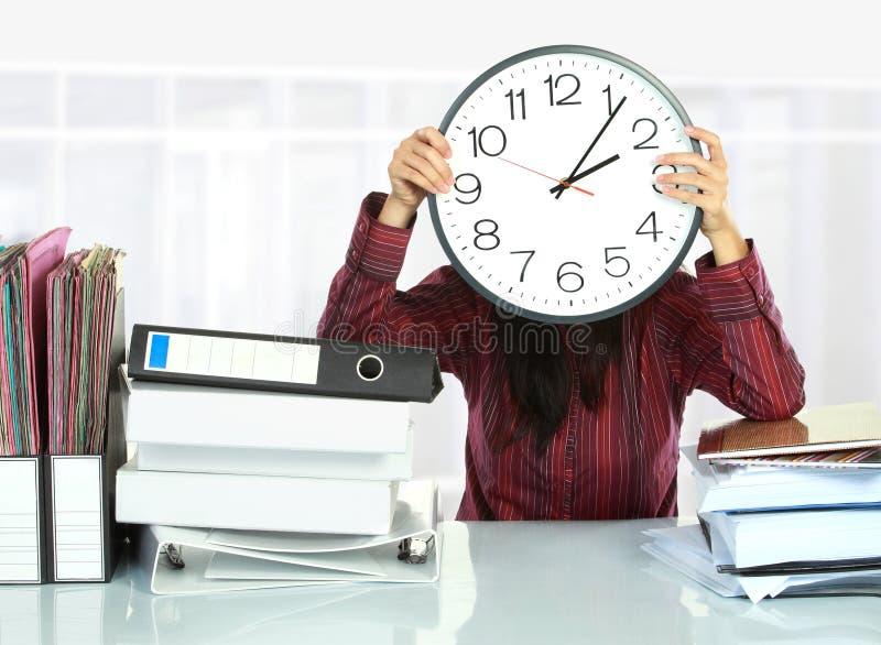 большая женщина заволакивания часов стоковое изображение