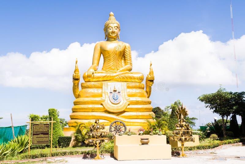 Большая золотая статуя Будды на холме, Пхукете, Таиланде Красивый золотой Будда внутри виска популярной и самой большой заявкы стоковая фотография
