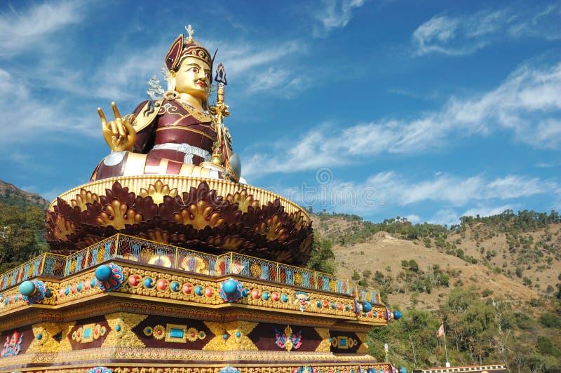 Большая золотистая статуя Padmasambhava или гуру Rinpoche, Индии стоковое фото rf