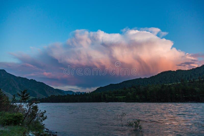 Большая ключевая вода на реке Katun и своих окружающих горах, Altai, России стоковое фото rf