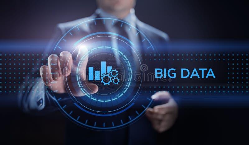 Большая концепция технологии интернета технологии аналитика данных Бизнесмен отжимая кнопку на виртуальном экране стоковые изображения