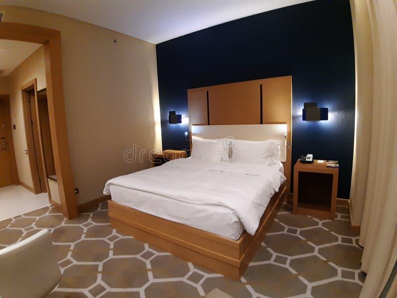 Большая кровать в гостиничном номере Novotel gorky-gorod Россия Сочи 05 10 2019 стоковые фотографии rf