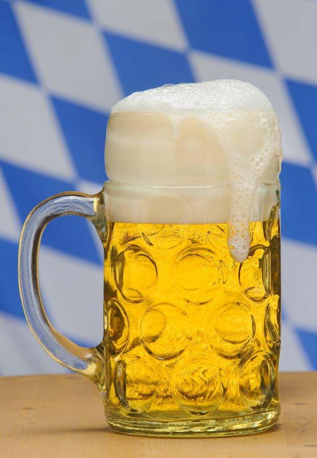 Большая кружка баварского пива лагера на Oktoberfest в Мюнхене стоковое фото