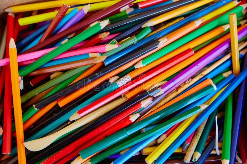 Большая куча карандашей покрашенных школой деревянных стоковые изображения