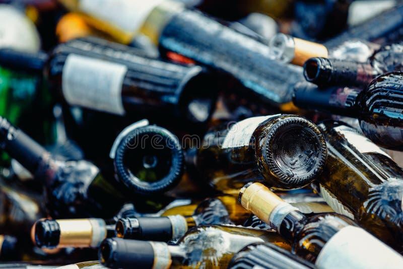 Большая куча пустых бутылок вина Отброс r стоковые изображения