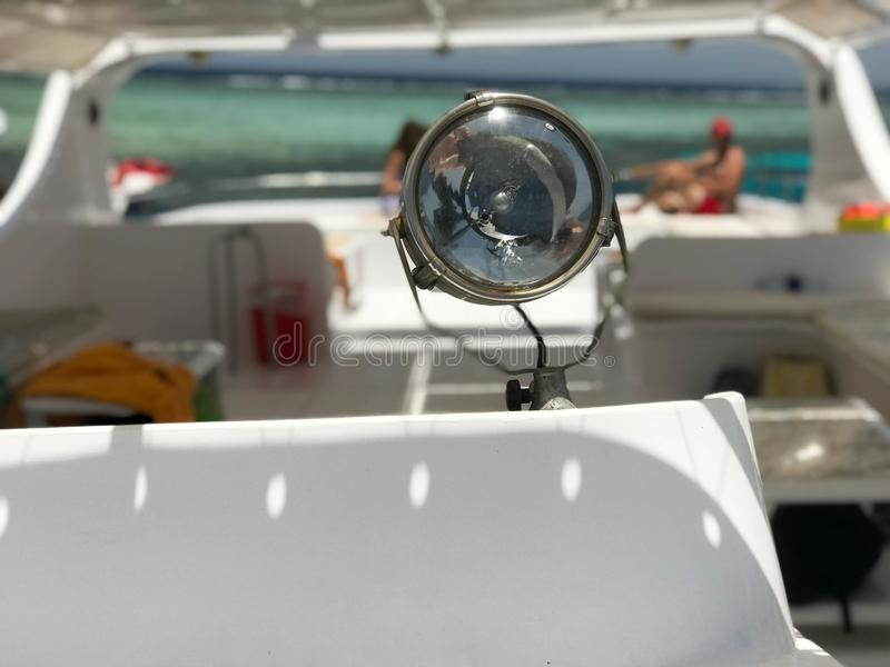 Большая лампа, фара, прожектор на шлюпке, корабле на фоне красивого тропического ландшафта голубого соли стоковые изображения rf