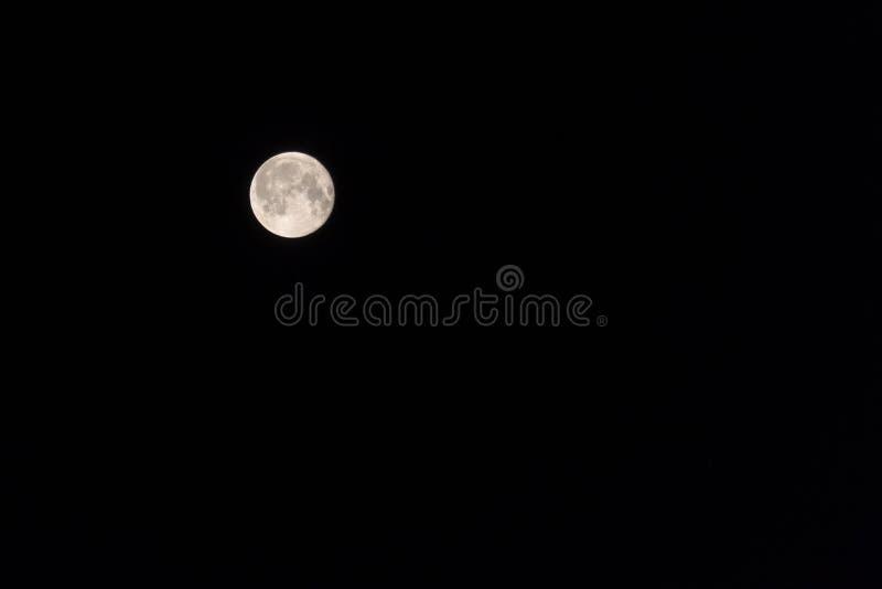 Большая луна в своем полном участке с детальными кратерами видимыми на своих краях, в черной предпосылке стоковое изображение rf